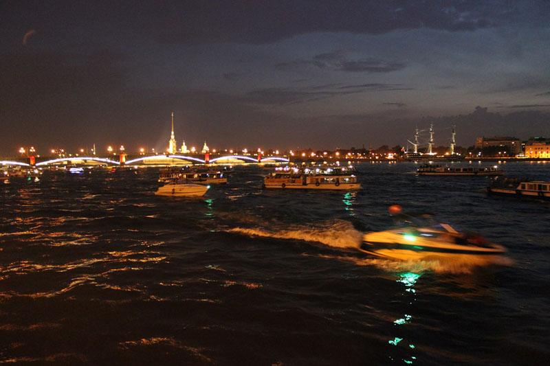 Когда разводят мосты, под ними проплывает целая кавалькада судов- малых и больших. Незабываемое зрелище
