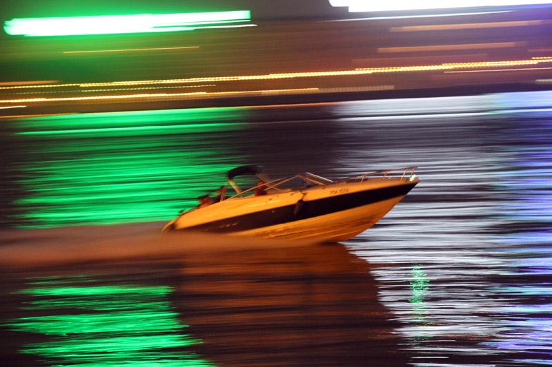 Чей-то стремительный катер, рассекающий воды Невы