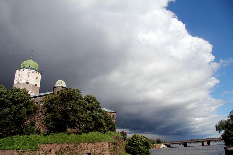 Тучи сгущаются над древним Выборгским замком.