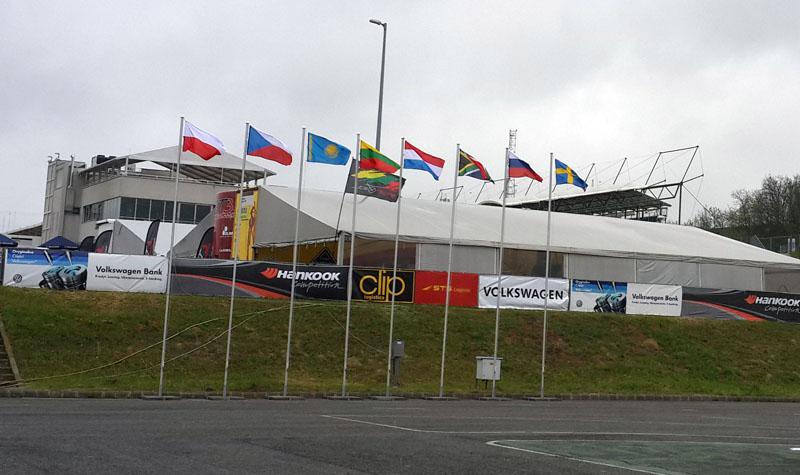 Казахстанский флаг гордо развевался среди флагов других стран на автодроме Хунгароринг