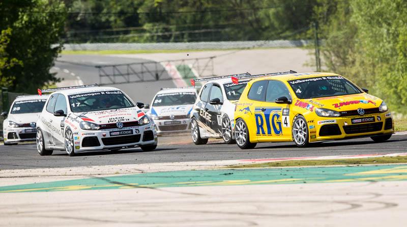 Борьба за позиции на одном из первых кругов гонки