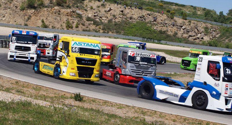 Старт в кольцевых грузовых автогонках — эффектное зрелище