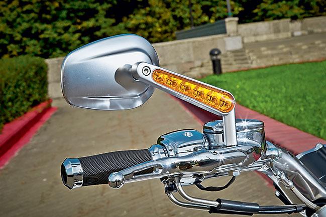 Оригинальная приборка, встроенные в стопарь или установленные на зеркала поворотники — стильно и не в ущерб функциональности