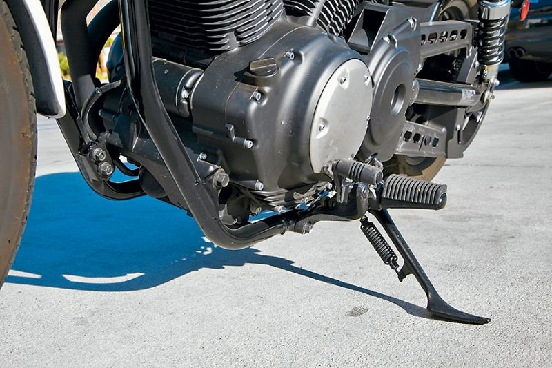 «Мидконтролз» — подножки, расположенные посередине, вещь неудобная: во время остановок или передвигания мотоцикла все время задеваешь их ногами или цепляешься брюками